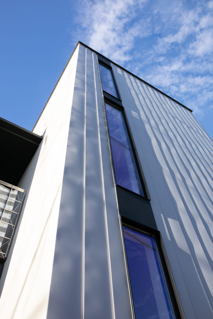 仕事スペースと住居スペースを効率よくまとめた木造三階建て